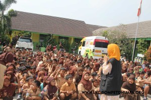 siswa sdn cikande dan mobil klinik indosat